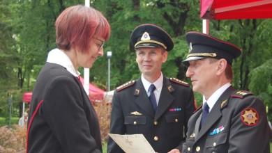 Jüri Alandi kätleb Reet Aleviga, keskel Põltsamaa komandopealik Peeter Randoja