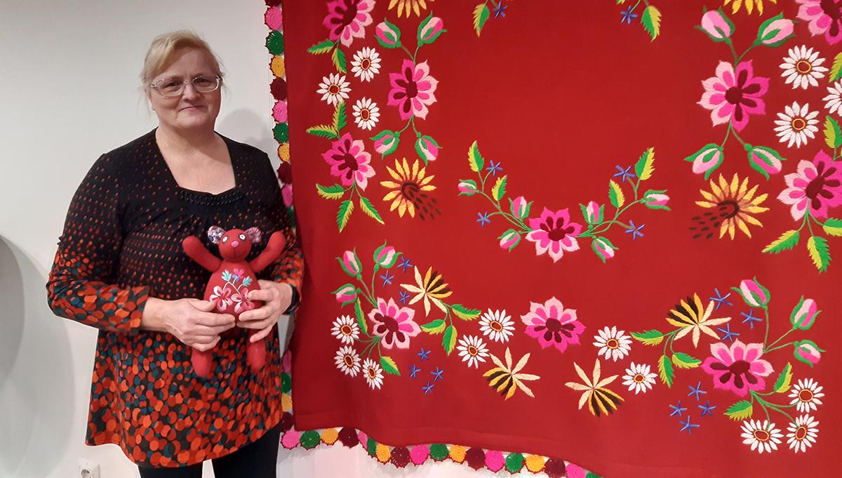 Jõgeva kultuurikeskuses saab imetleda Lihula naiste tikitud lilleilu